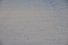 Het ski?en achtergrond - ski?en bergaf de sporen op skihelling - skislepen op skihelling Royalty-vrije Stock Foto