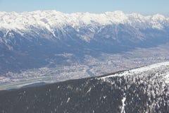 Het ski?en in Axamer Lizum met Mening aan Innsbruck in Tirol Oostenrijk Stock Afbeelding