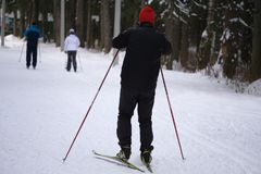 Het ski?en in de winter Een groep skiërs omhoog een sneeuwhelling aan Avontuur in de bergen op een Zonnige dag royalty-vrije stock afbeeldingen