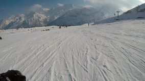 Het ski?en door de ogen van de skiër stock footage