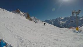 Het ski?en door de ogen van de skiër stock video