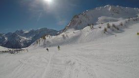 Het ski?en door de ogen van de skiër stock videobeelden