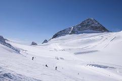 Het ski?en en het snowboarding op Hintertux-Gletsjer Stock Foto