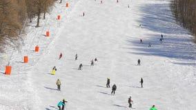 Het ski?en hellingen met skiërs stock video