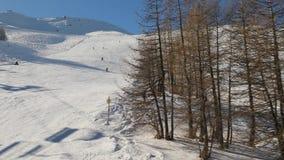 Het ski?en hellingen met skiërs stock footage