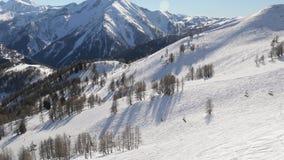 Het ski?en hellingen vanaf de bovenkant stock footage