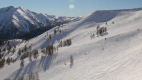 Het ski?en hellingen vanaf de bovenkant stock videobeelden