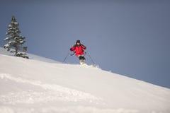 Het ski?en onderaan bergen stock afbeeldingen