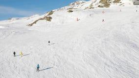 Het ski?en onderaan de hellingen stock videobeelden