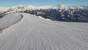 Het ski?en onderaan een helling stock video