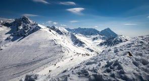 Het ski?en in Poolse Kasprowy Wierch op zonnige die dag op Polen wordt gevestigd royalty-vrije stock foto's