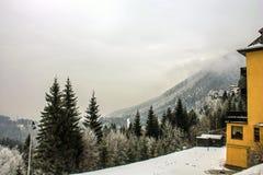 Het ski?en toevlucht Semmering, Oostenrijk Traditioneel chalet in Oostenrijkse Alpen in de winter Het panorama van idyllisch de w royalty-vrije stock fotografie