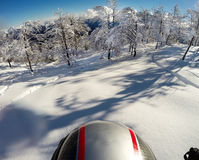 Het ski?en in verse sneeuw POV die actienok op de helm met behulp van royalty-vrije stock foto