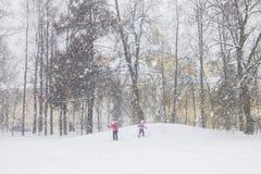 Het ski?en in zware sneeuwvaldag op kleine heuvel Royalty-vrije Stock Afbeelding