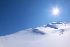 Het skiån op een perfekt zonnige dag Stock Foto
