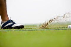 Het slaan van de golfspeler Royalty-vrije Stock Afbeeldingen