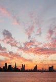 Het slaan van gouden wolkenpatroon tijdens zonsondergang, de horizon van Bahrein stock foto's