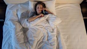 Het slaapmeisje die de telefoon beantwoorden Portret Close-up 4K stock videobeelden