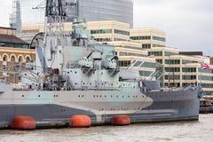 Het slagschip van HMS Belfast op de Rivier Theems wordt vastgelegd die Londen, Engla Stock Afbeeldingen