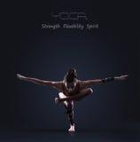 Het slanke atletische meisje maakt de oefening van het yogasaldo Stock Foto's