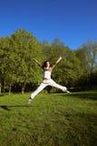 Het slanke gestalte gegeven mooie meisje springen royalty-vrije stock afbeeldingen