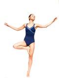 Het slanke jonge vrouw in evenwicht brengen op één voet Stock Foto