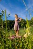Het slanke mooie meisje wil de kleding opstijgen royalty-vrije stock afbeeldingen