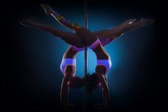 Het slanke pooldansers stellen die zich op handen bevinden Royalty-vrije Stock Afbeeldingen