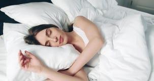Het slapen in de ochtend stock footage