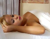 Het slapen door een venster Royalty-vrije Stock Foto's