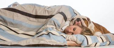 Het slapen met hond Royalty-vrije Stock Foto's