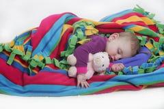 Het slapen met teddy stock afbeeldingen