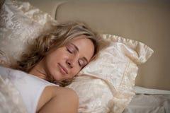 Het slapen op het bedmeisje Stock Foto
