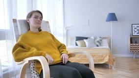 Het slapen Vermoeide Vrouwenzitting op Toevallige Stoel stock footage