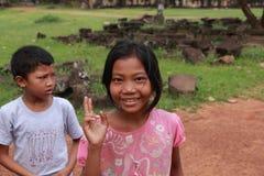 Het slechte Cambodjaanse jonge geitjes glimlachen royalty-vrije stock foto