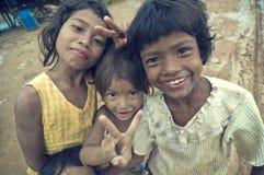 Het slechte Cambodjaanse jonge geitjes glimlachen Stock Afbeeldingen