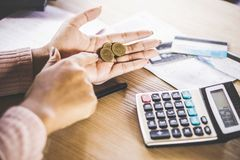Het slechte de holdingsmuntstuk van de vrouwenhand na betaaldag, faillissement brak stock afbeeldingen