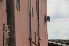 Het slechte door buizen leiden en airconditioner Royalty-vrije Stock Foto