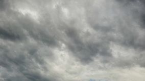 Het slechte weer met griezelige Nimbostratus wolkenvormingen verstrijkt op tijd stock video