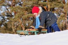Het sledding van het meisje in zonnige de winterdag Royalty-vrije Stock Afbeeldingen