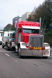 Het slepen van de semi semi vrachtwagen van de vrachtwagenslepen gebroken grote installatie op de stad stre royalty-vrije stock foto's