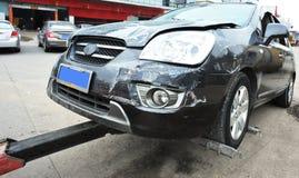Het slepen van een beschadigde auto Royalty-vrije Stock Afbeeldingen