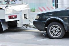 Het slepen van een gedumpte auto Royalty-vrije Stock Foto