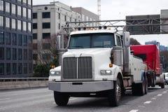 Het slepen van krachtige semi semi de vrachtwagenvloot o van de vrachtwagenslepen gebroken grote installatie royalty-vrije stock afbeeldingen