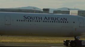 Het slepen van Luchtbus A340 van South African Airways stock footage