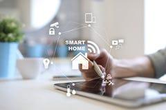 Het slimme concept van de huisautomatisering op het virtuele scherm stock afbeelding