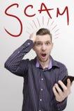 Het slimme concept van telefoonzwendels, geschokte kerel met open mond royalty-vrije stock foto's