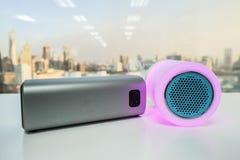 Het slimme draagbare licht van de muziekspreker in roze purpere kleur met draadloze bluetoothspreker Stock Foto