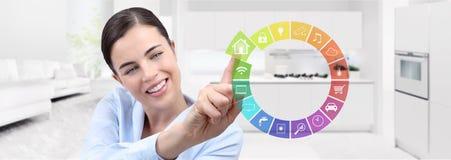 Het slimme huisautomatisering het glimlachen de aanrakingsscherm van de vrouwenhand met kleur stock fotografie