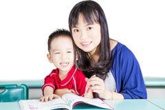 Het slimme jong geitje en moeder vrolijk leren Stock Foto